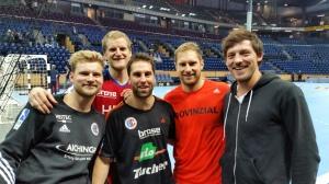 Gute Freunde mit dem klassichen Plausch nach dem Spiel in Kiel - Bastian Krämer, Christoph Nienhaus, Ben Schwandner, Steffen Weinhold und Georg Münch.